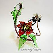 Композиция пчела на цветке.